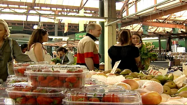 vidéos et rushes de growth in sales of superfoods int broccoli on display on market stall people queuing at specialist fruit and vegetable market - antioxydant