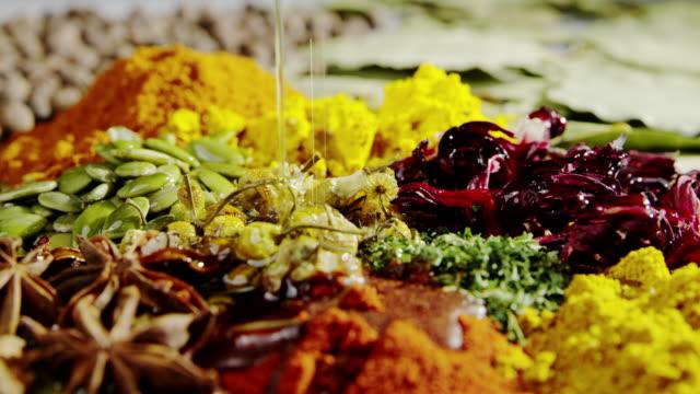 stockvideo's en b-roll-footage met voedsel kruiden koken gieten olie slowmotion ingrediënt smakelijke kruiden - curry powder