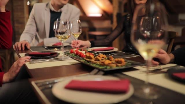 vidéos et rushes de nourriture au restaurant de luxe - élégance