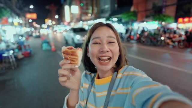 mat influencer äta och kommentera mat medan du tar en selfie video med sin mat. - tourism bildbanksvideor och videomaterial från bakom kulisserna