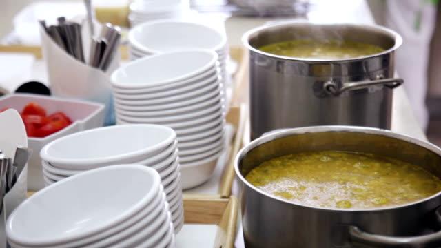 vídeos de stock e filmes b-roll de a comida é preparada para ser vertido para pratos na cozinha - stack