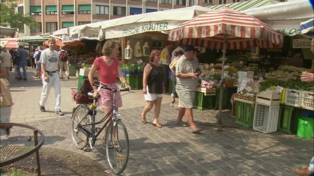 ws food market viktualienmarkt, munich, bavaria, germany - marktstand stock-videos und b-roll-filmmaterial