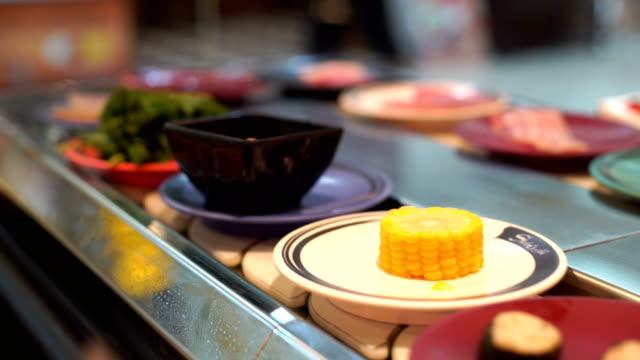 stockvideo's en b-roll-footage met ws:food op transportband - japanse gerechten