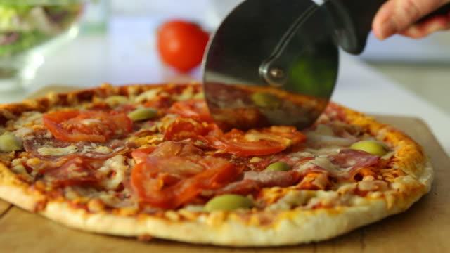 essen pizza rasen fo - scheibe portion stock-videos und b-roll-filmmaterial