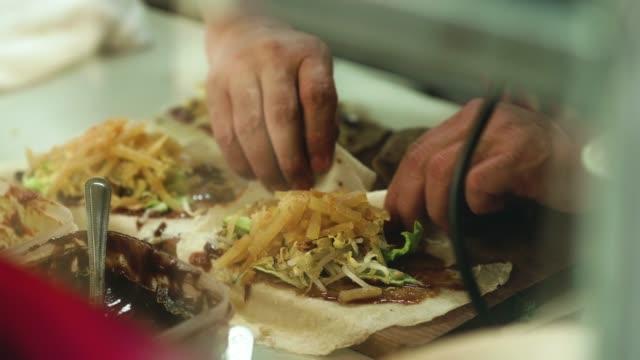 マレーシアの市場で食品の調製 - サンドイッチ作り点の映像素材/bロール