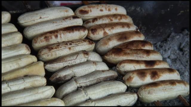 vídeos de stock, filmes e b-roll de (hd1080) preparação de alimentos: banana/espetinhos na grelha a carvão - banana de são tomé