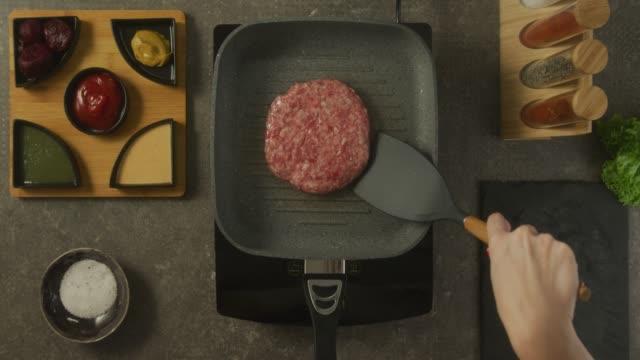 stockvideo's en b-roll-footage met voedselbereiding - burger menselijke rol