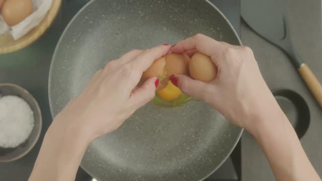 vídeos de stock e filmes b-roll de food preparation - perspetiva pessoal