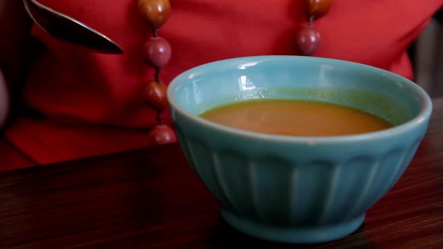 vidéos et rushes de restauration - bol à soupe