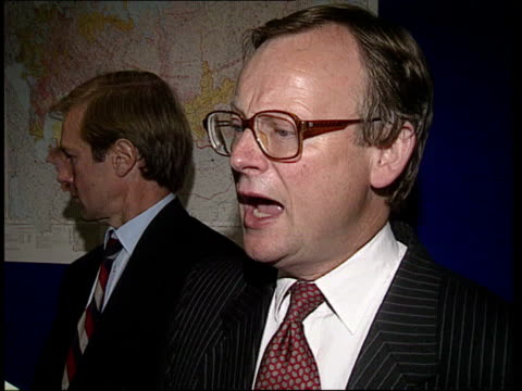 food shortages; england cms john gummer mp standing with industry chiefs gv businessmen at lunch table 2 businessmen chatting gv businessmen sitting... - improvement stock videos & royalty-free footage
