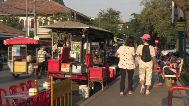 vídeos de stock e filmes b-roll de food stall and traffic at old market area in downtown siem reap - camboja