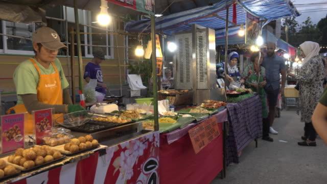 vídeos de stock e filmes b-roll de pan / food stall at street market in bophut - mercado noturno