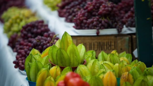 vídeos de stock, filmes e b-roll de food street market in são paulo, brazil - fruta