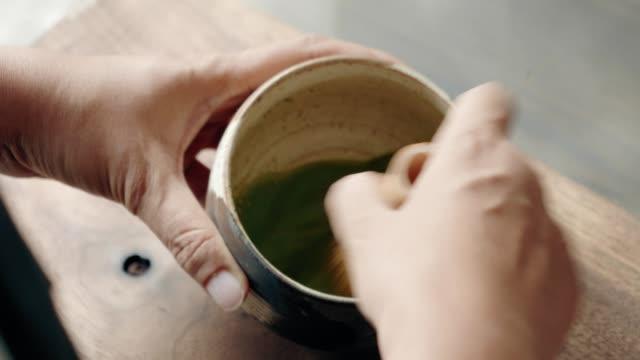 vídeos y material grabado en eventos de stock de estilista de alimentos creando un nuevo menú a partir de té de matcha verde orgánico - sado