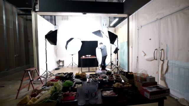 照明器具を備えた商業キッチンのフードスタイリストオペレーター。 - カメラ点の映像素材/bロール