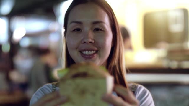 vídeos y material grabado en eventos de stock de camiones de comida, hamburguesa - grasa nutriente