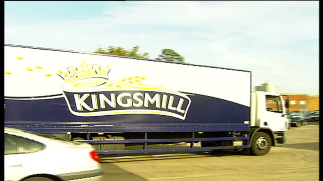 needles and glass found in kingsmill bread products; england: kent: orpington: ext kingsmill lorries into and out of bakery lorries parked at allied... - bread stock videos & royalty-free footage