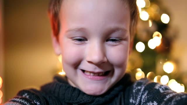vídeos de stock, filmes e b-roll de brincadeiras no natal - colocar a língua para fora