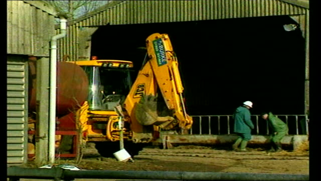 stockvideo's en b-roll-footage met cow carcasses awaiting incineration england headcorn kent little grigg farm ext notice 'foot and mouth disease please keep out' pull out / zoom in... - foot and mouth disease