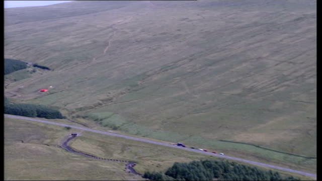 fresh outbreak air views of brecon beacons itn wales brecon beacons ext gv reservoir and road as cars along thru national park zoom in lorry on... - ブレコンビーコンズ国立公園点の映像素材/bロール