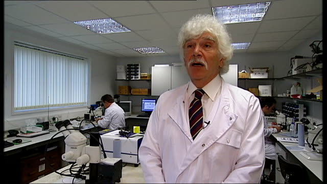 vídeos de stock e filmes b-roll de foot and mouth disease outbreak in surrey pirbright laboratory defends itself professor philip mellor interview sot - febre aftosa