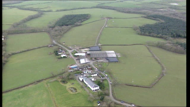 views of farm where outbreak has been confirmed england devon highampton of farm and outer farm buildings b0461191/d0513667/r26020101 - foot and mouth disease stock videos & royalty-free footage