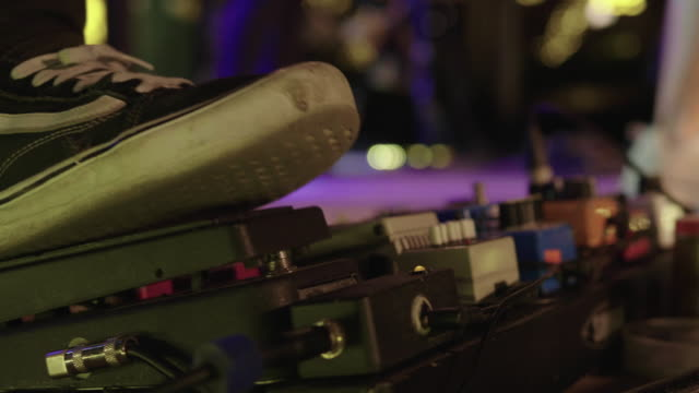 vídeos y material grabado en eventos de stock de pie incluye proceso de guitarra - pedal