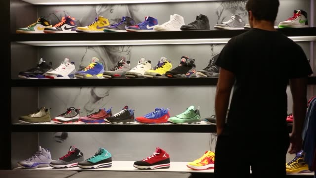 foot locker earnings retail retail sales shoes tennis shoes sports los angeles california shoppers consumers footlocker broll earnings on august 21... - spind stock-videos und b-roll-filmmaterial