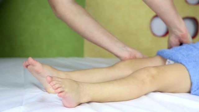 massaggio ai piedi di un bambino - massaggiare video stock e b–roll