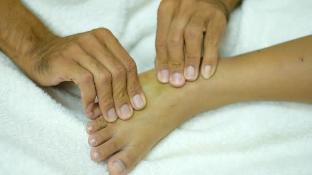 vidéos et rushes de massage des pieds - masseur