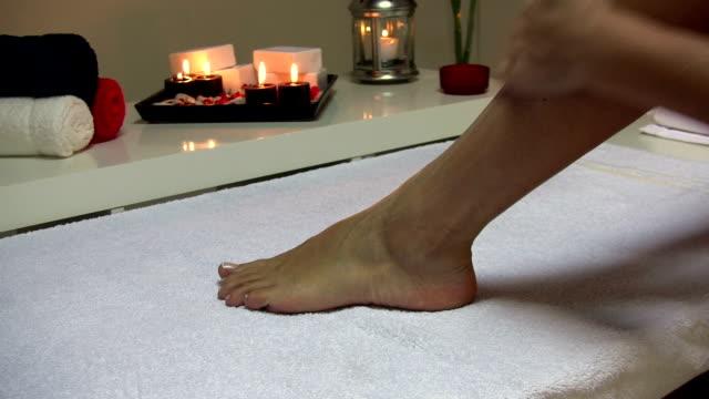 足のマッサージ - マッサージ台点の映像素材/bロール