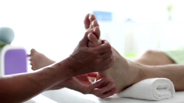 vidéos et rushes de massage de réflexologie des pieds - masseur