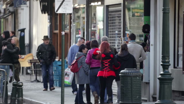 foot traffic next to souvenir shop in the center of brussels. a cool autumn morning in brussels. no audio - ギフトショップ点の映像素材/bロール