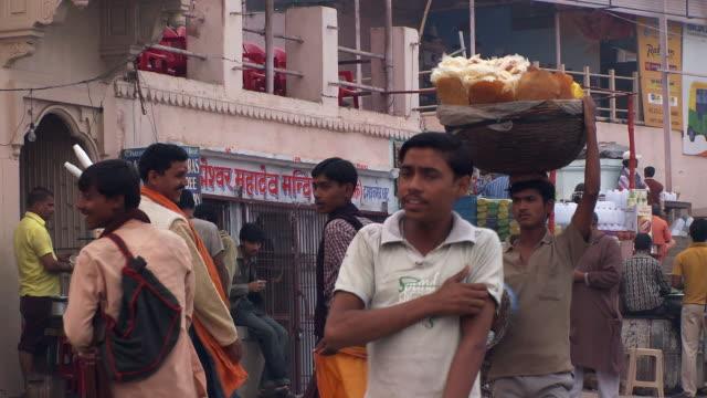 vídeos de stock, filmes e b-roll de foot traffic on a street in an indian town. - camisa pólo