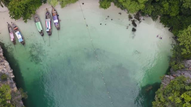 vídeos de stock e filmes b-roll de 4k footage aerial view of hong island, krabi province, thailand. - mar de andamão