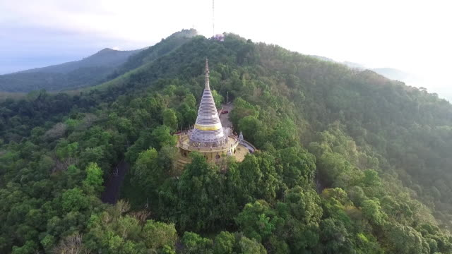 vídeos de stock, filmes e b-roll de footage aerial view of lighting pagoda on top of mountain - templo