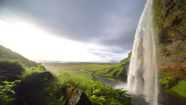 vídeos de stock, filmes e b-roll de 4k footage audio with golden time at seljalandsfoss waterfall , iceland - cachoeira de seljalandsfoss
