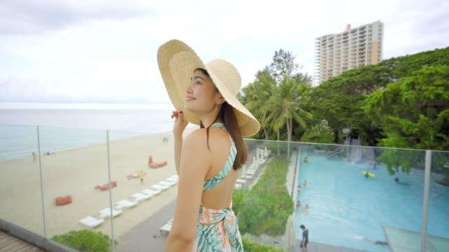 4k 映像美しい女性がガラスの階段の上を歩いている - 人の背中点の映像素材/bロール