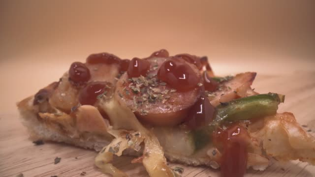 vídeos de stock, filmes e b-roll de 4k footage close up sausage chilli pizza with motion of tomato sauce - bbq sauce