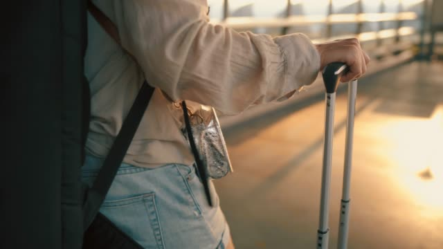vídeos de stock e filmes b-roll de 4k footage close-up traveler's hand carrying a drag bag dragging - avião comercial