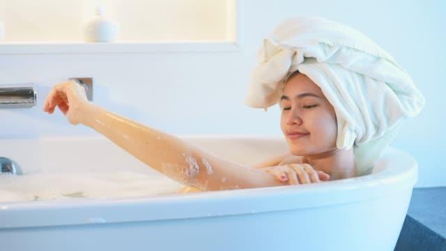 4k-fußähe close-up frauen in der badewanne und spielen blasen. - ein bad nehmen stock-videos und b-roll-filmmaterial