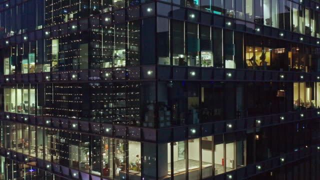 4k footage : crowded office buildings at night - 平面点の映像素材/bロール