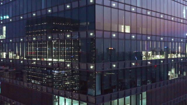 stockvideo's en b-roll-footage met 4k footage : crowded office buildings at night - strak