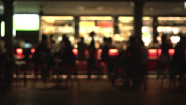 stockvideo's en b-roll-footage met beelden defocus nachtleven - bar tapkast