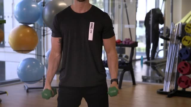 footage from a beginner's guide to weight lifting with james stirling aka london fitness guy at one ldn. demonstrations include; how to do bodyweight... - bicep stock videos & royalty-free footage