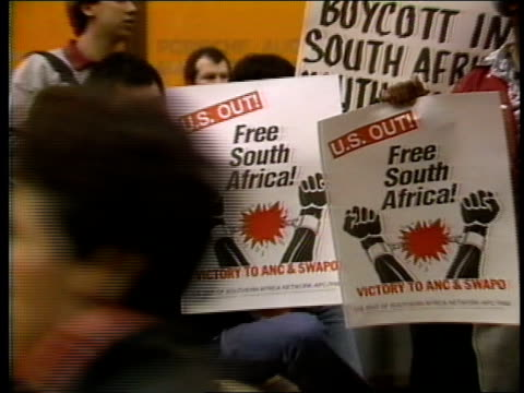 vídeos de stock e filmes b-roll de footage from an anti-apartheid rally in nyc - 1985