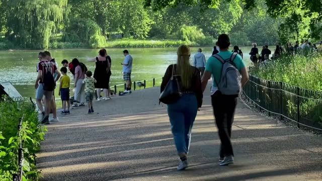 footage from central london on monday, may 31, shows crowded groups of people as they walk in the streets, and eat together at restaurants at the... - eating stock videos & royalty-free footage