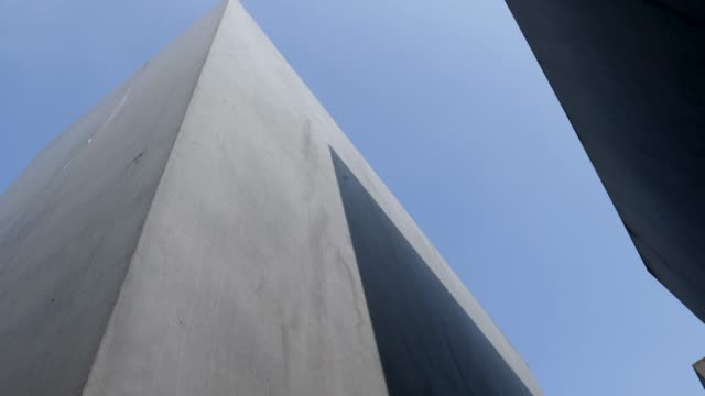vidéos et rushes de footage from holocaust memorial berlin germany memorial to the murdered jews of europe - architecture