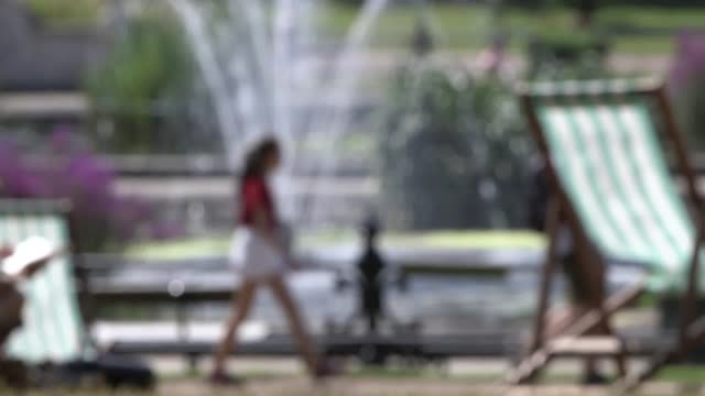 footage from london as heatwave temperatures soar above 30 degrees in the uk over the next three days temperatures could potentially rise to... - record breaking stock videos & royalty-free footage