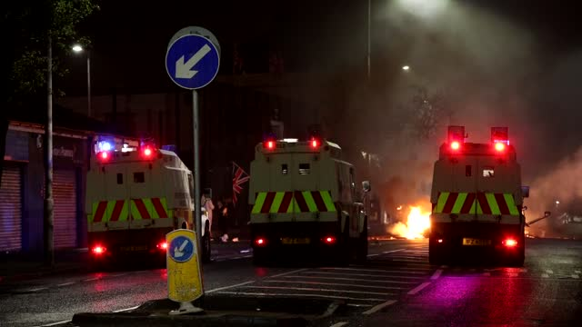 vidéos et rushes de footage from peace gates at lanark way in belfast where nationalist youth return stones and fireworks to loyalists on the other side of the gates in... - belfast